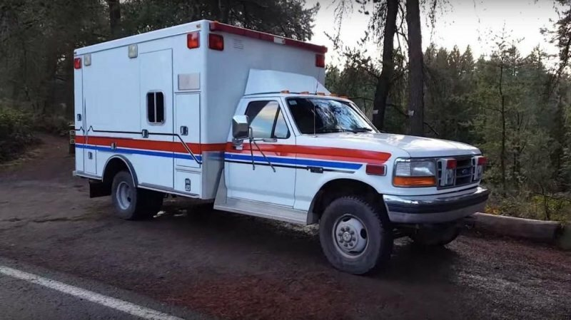 Старую полноприводную машину скорой помощи превратили в дом на колесах