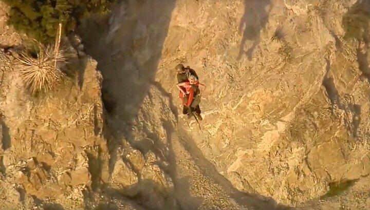 Спасатель в последний момент поймал сорвавшуюся со скалы пожилую туристку