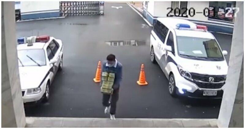 В Китае мужчина забежал в полицейский участок, чтобы оказать необычную услугу