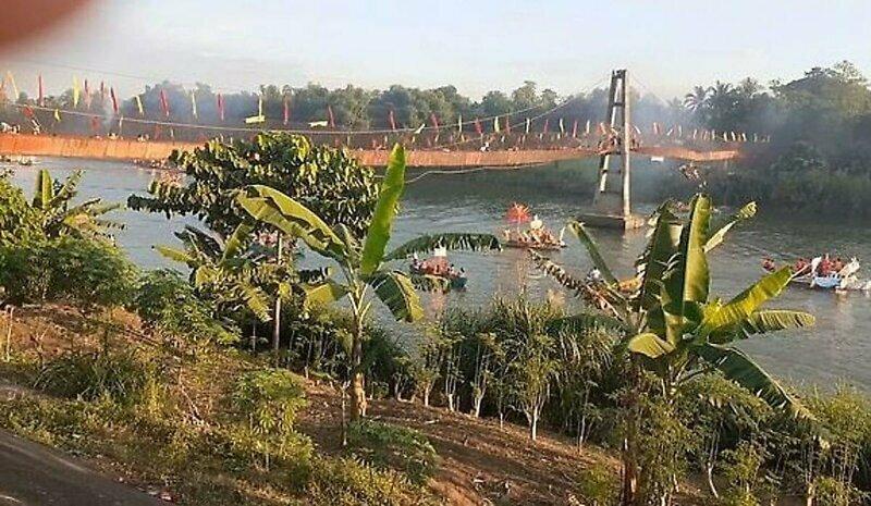 Сотни людей упали в воду с шаткого моста на Филиппинах