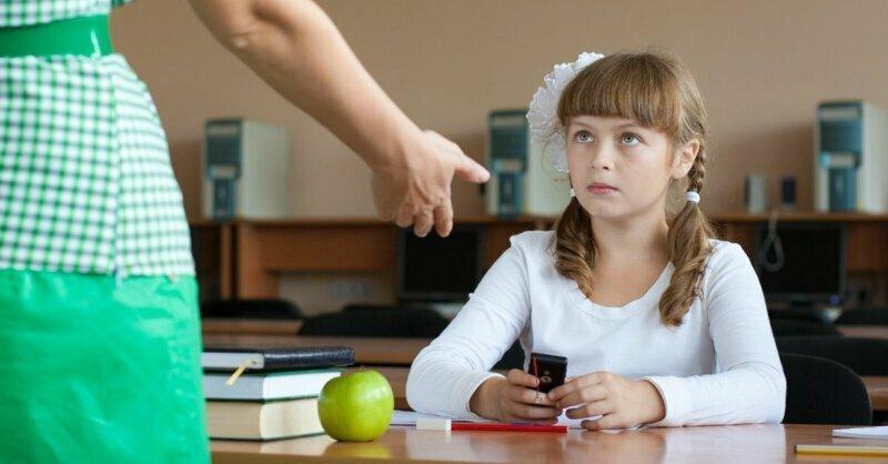 Учитель на уроке забрал у ребенка смартфон: это вообще законно?