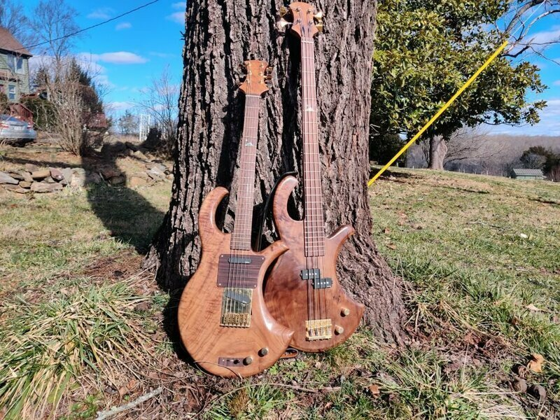 Две электрогитары из одной доски