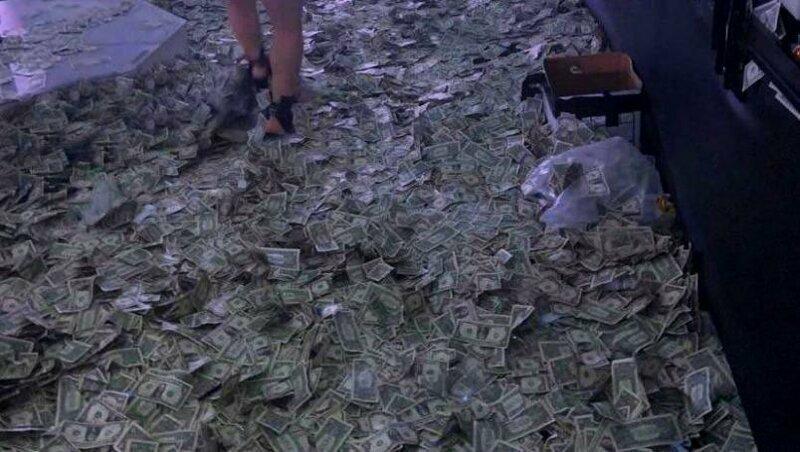 Стриптизерши Майами пробираются через кучу денег усыпанные на полу