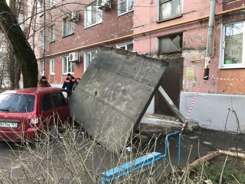 Риск парковки у подъезда: бетонный козырёк упал на машину