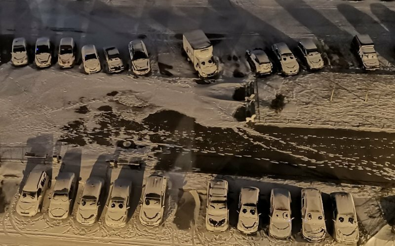 Парковка с мультяшными автомобилями: петербуржцы дождались первого снега