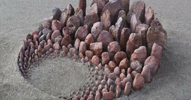 Художник творит настроение из камней