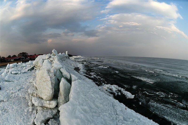 На озере на границе Китая и России появилась гиганская ледяная стена