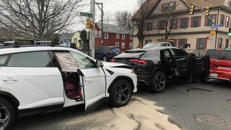 В Бостоне подростки украли из автосалона два Lamborghini Urus и разбили их друг о друга
