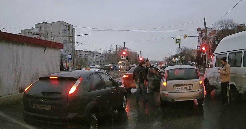 Авария дня. В Ульяновске пенсионер сбил беременную женщину и попытался скрыться