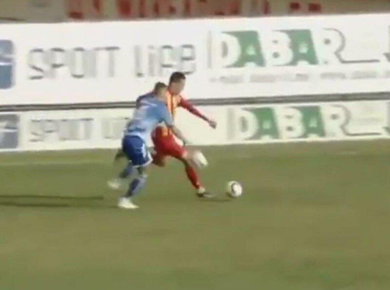 Футболист бросил запасной мяч под ноги сопернику, чтобы сорвать атаку