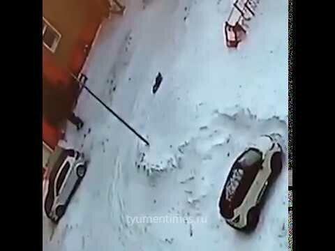 В Новом Уренгое автомобиль наехал на лежащего на снегу ребенка и протащил его по двору