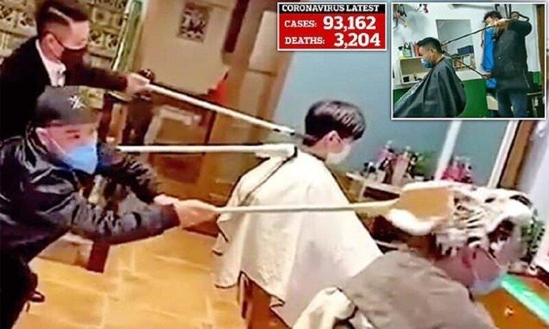 Китайские парикмахеры отгоняют коронавирус 1,5-метровыми расческами