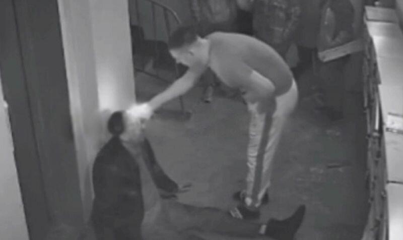 Подростки избили пьяного мужчину,  а взрослый поджег ему волосы