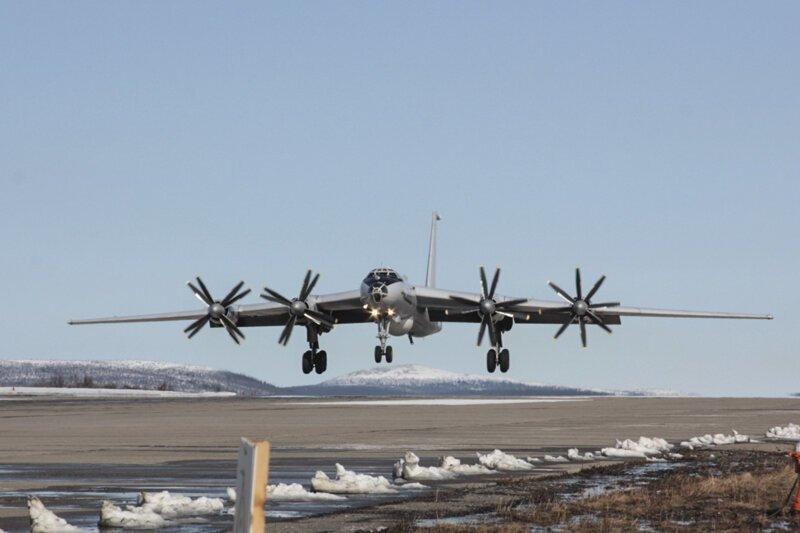 Сила русского оружия: В небе над Крымом прошла дозаправка Ту-142 и Су-30СМ (видео)