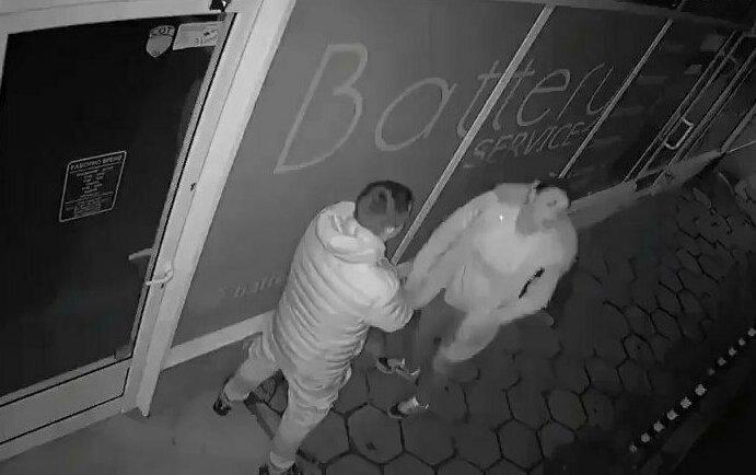 Пьяная девушка разбила головой витрину магазина