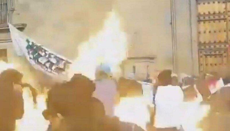 Феминистка подожгла своих коллег во время неудачного броска  коктейля Молотова