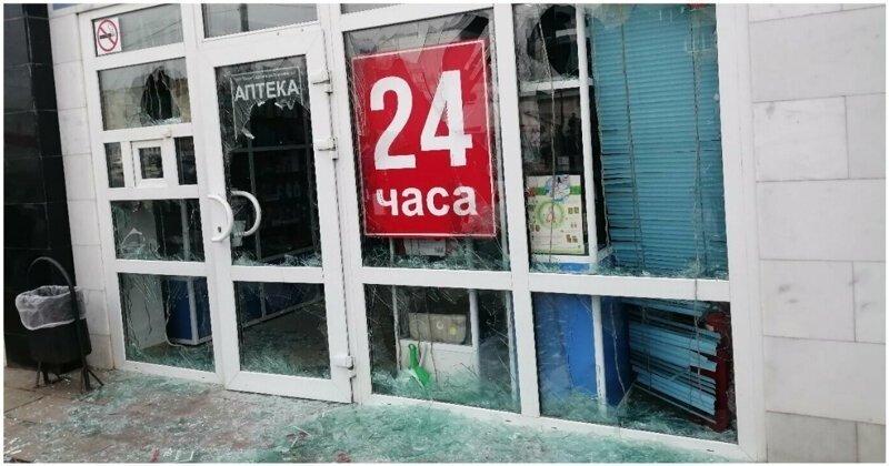 Рассерженный пожилой мужчина разгромил витрины аптеки молотком