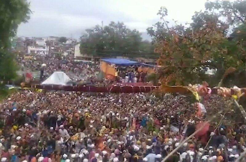 Падение гигантского флагштока на толпу в Индии