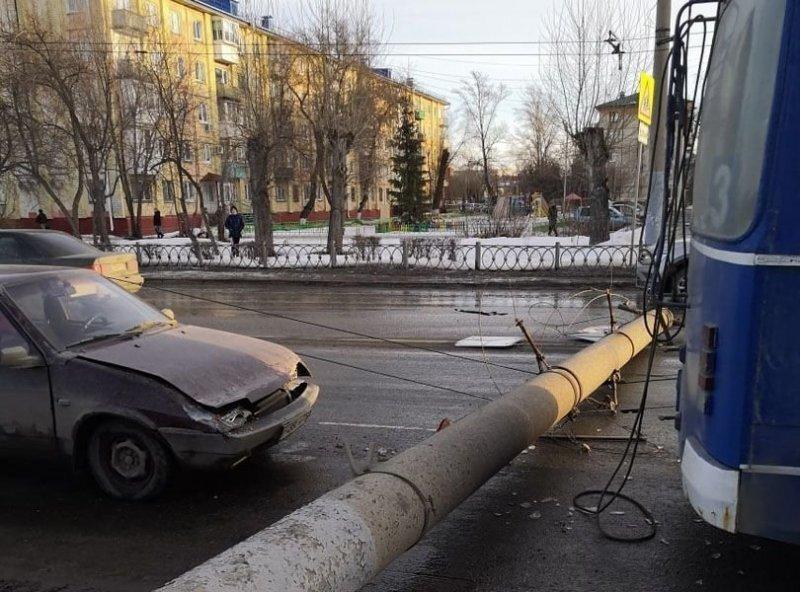 В Омске столб рухнул прямо на проезжую часть. Чудом никто не пострадал