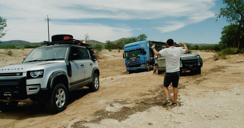 Два Land Rover Defender вытянули застрявший 20-тонный тягач с полуприцепом
