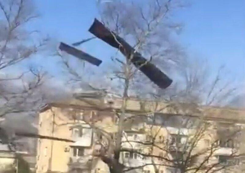 В Новороссийске ураганный ветер сорвал с крыши пятиэтажки листы металлопрофиля