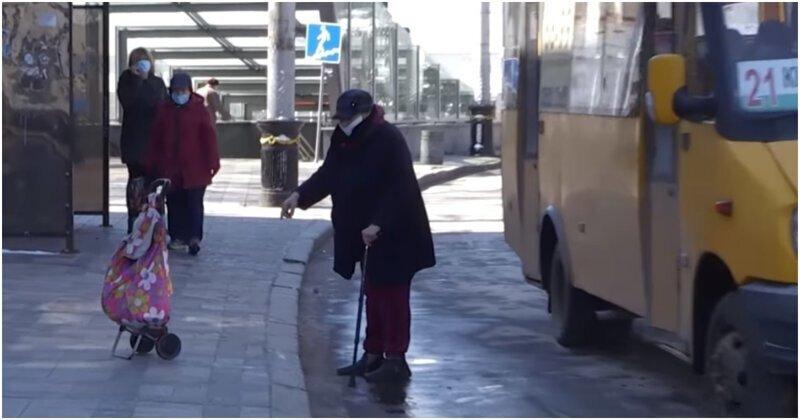 Послушная сумка сама подъехала к пенсионерке