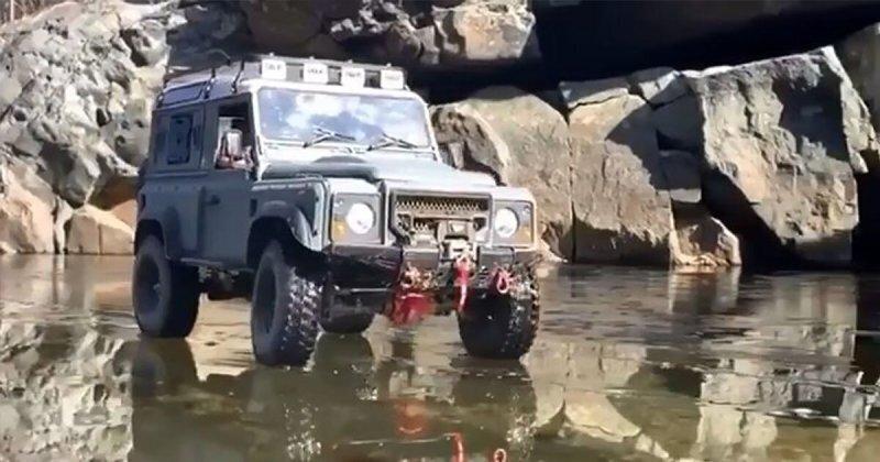 Лед внезапно треснул, когда внедорожник Land Rover ехал по замерзшему озеру