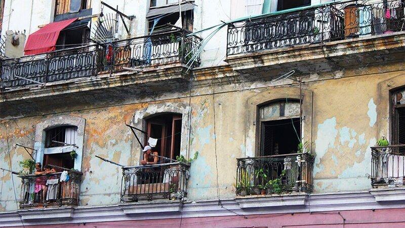 Почему на Кубе в окнах домов практически нет стекол?