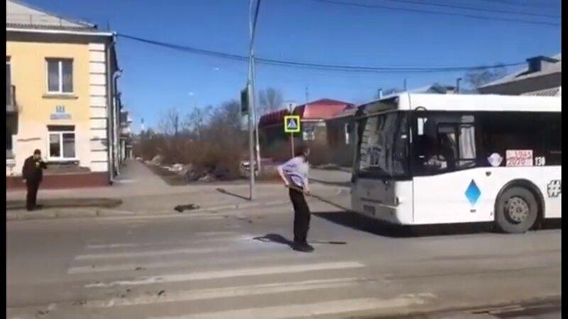 В Кемерово мужчина напал на автобусы, вооружившись лопатой