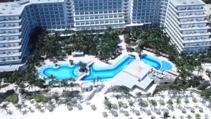 Опустевшие пляжи популярного курорта Мексики