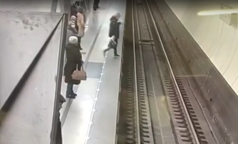 В московском метро женщина засмотрелась в телефон и упала на рельсы