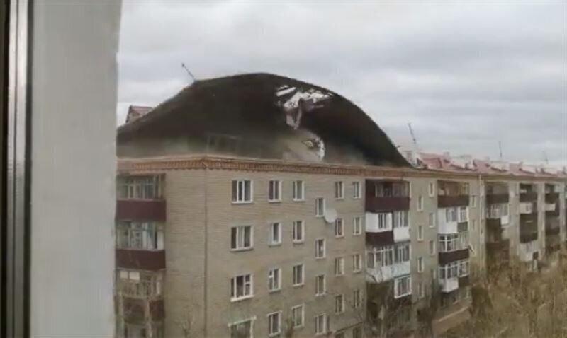 В Казахстане ураганный ветер сорвал крышу пятиэтажного жилого дома