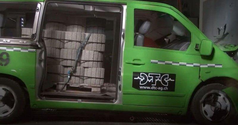Насколько груз может быть опасен? Краш-тест фургона, груженого бетонными блоками