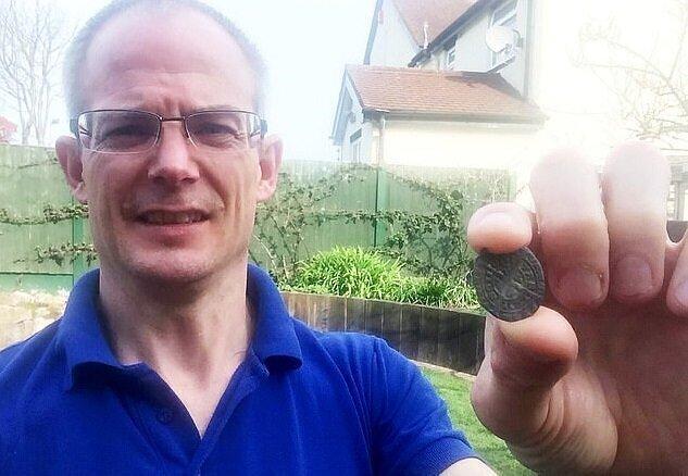 Геолог ухаживал за малиной и нашёл дорогостоящую древность