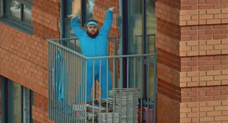 Пухленький танцор из клипа Little Big принял участие в съёмках клипа, исполнив соло на балконе