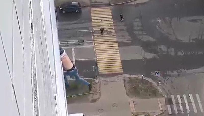 Москвич чуть не упал с 15-го этажа, пытаясь сделать селфи