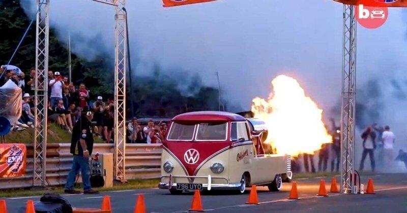 Старенький микроавтобус Volkswagen с реактивным двигателем Rolls-Royce
