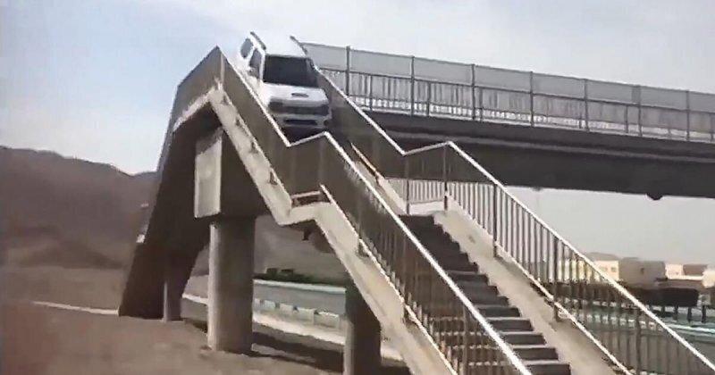 Автомобилист из Китая попытался использовать надземный пешеходный переход, чтобы совершить разворот
