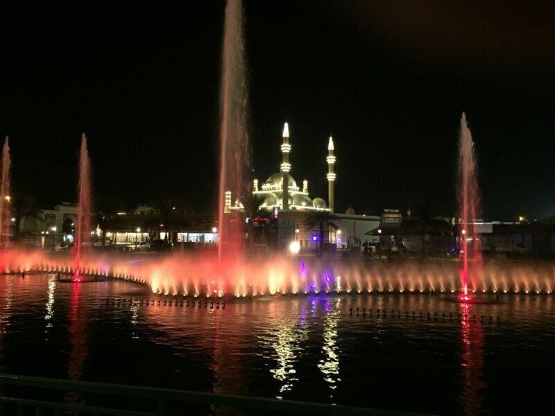 Красочные освещенные озеро музыкальный фонтан проекта в Дубае