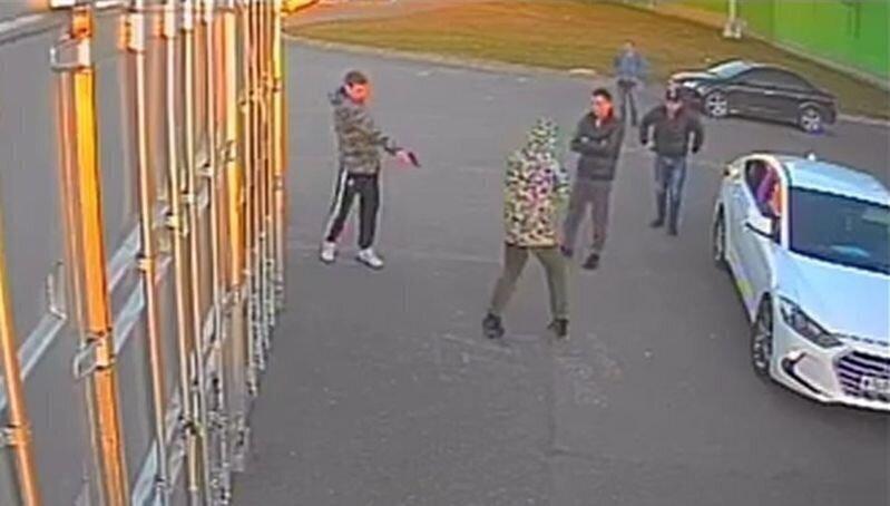В Пскове из должника пытались выбить деньги стрельбой по ногам