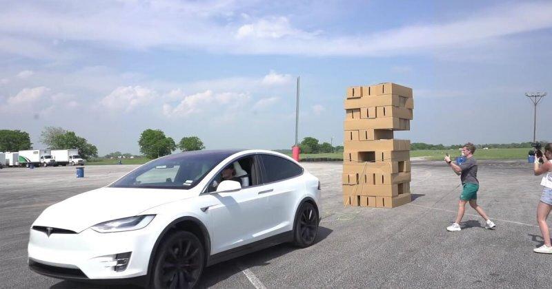 Электромобиль Tesla Model X идеально подходит для игры в Дженгу