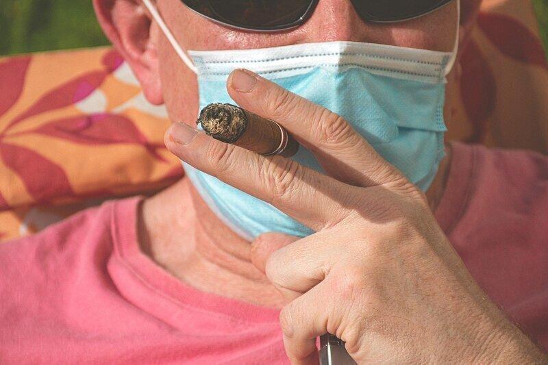 Российские врачи обратили внимание на связь между коронавирусом и курением