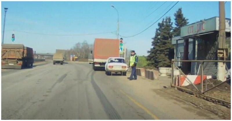 Инспектор ГИБДД решил остановить автомобиль, но не смог устоять на ногах