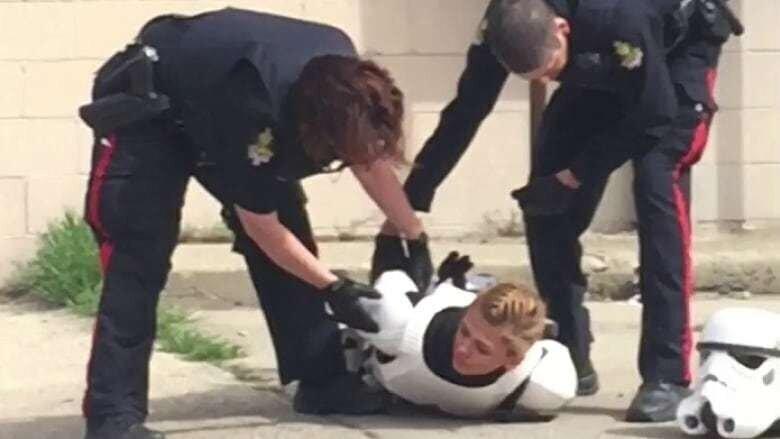 Канадские полицейские задержали штурмовика из «Звёздных войн» из-за пластикового бластера