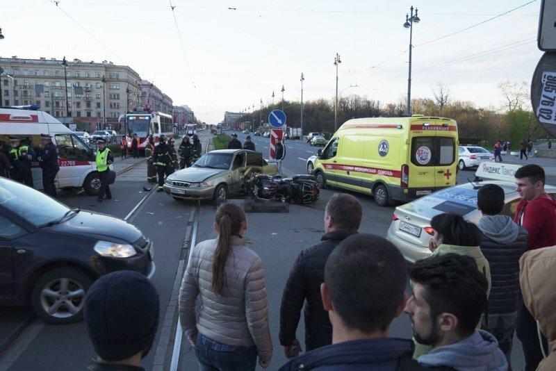 Авария дня. Мотоциклист погиб напротив парка Победы в Петербурге