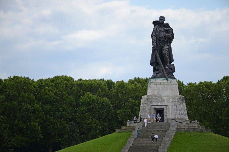 8 мая 1949 года в Берлине состоялось открытие памятника Воинам Советской Армии