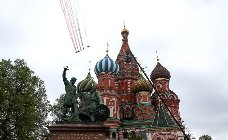 Президент возложил цветы к могиле Неизвестного солдата и поздравил россиян с Днём Победы