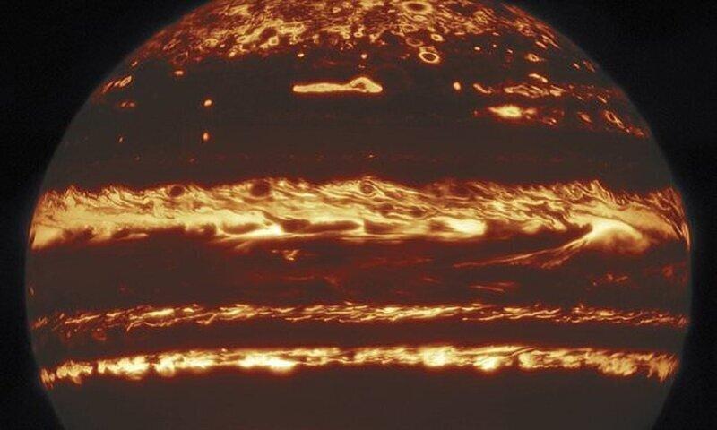 Редкие космические снимки раскрыли тайну грозовых штормов Юпитера