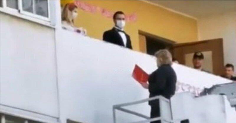 В Краснодаре сотрудница ЗАГСа зарегистрировала брак стоя на автовышке