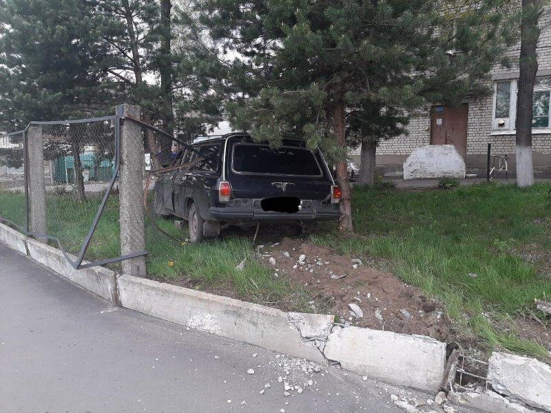 «Волга» протаранила забор у пожарной части в Рыбинске